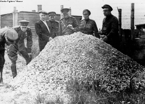 Soldiers at the Majdanek concentration camp are dumbfounded at this large pile of human ashes – 1944.