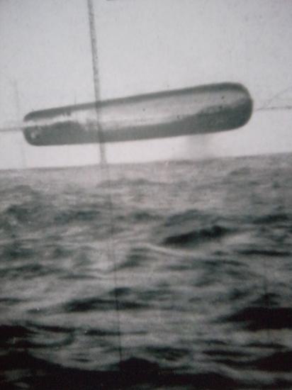 Submarine USS Trepang UFO photo - UFO flying above Arctic ocean thumb