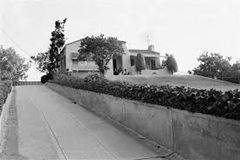 Long driveway leading to the Leno/Rosemary LaBianca home - house at top of hill